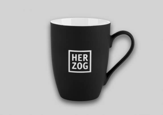 Schwarze Tasse mit weißem HERZOG-Logo