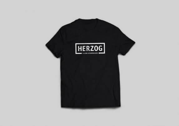 schwarzes T-Shirt mit weißem HERZOG-Logo